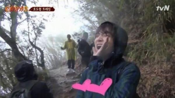 Bất chấp đang ghi hình, Ahn Jae Hyun mỉm cười hạnh phúc hét to Goo Hye Sun, anh yêu em rất nhiều.