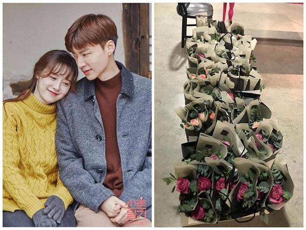 Ahn Jae Hyun mua hoa hồng tặng phóng viên để ủng hộ bà xã trong buổi ra mắt bộ phim ngắn Mystery Pink.