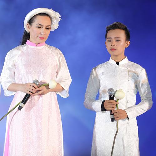 Hồ Văn Cường gây xúc động khi hoà giọng cùng mẹ nuôi Phi Nhung - 2