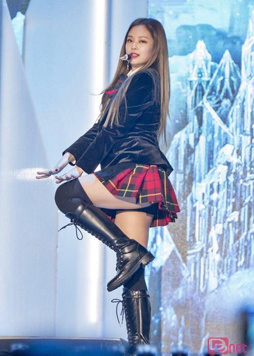 Top 10 bộ váy sexy đốt mắt của idol sang chảnh Jennie - 4