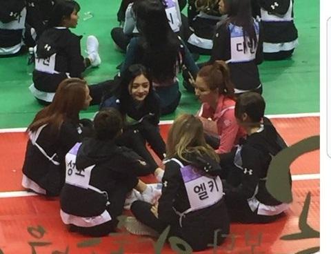 Dàn idol nữ thể hiện tình bạn ngọt ngào trong show thể thao ISAC - 5