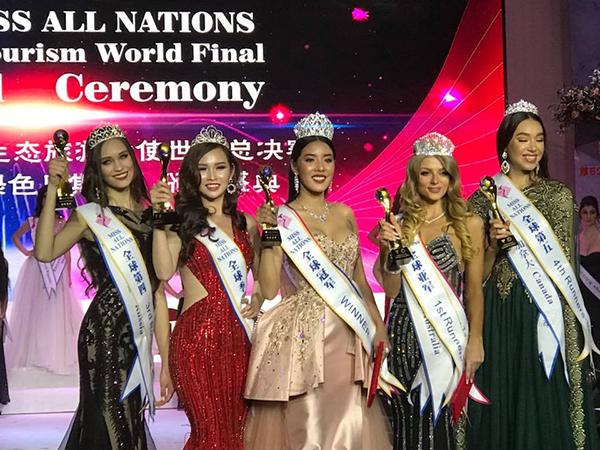 Thanh Trang (thứ hai từ trái sang) giành ngôi vị Á hậu 2 cuộc thi Hoa hậu các Quốc gia.
