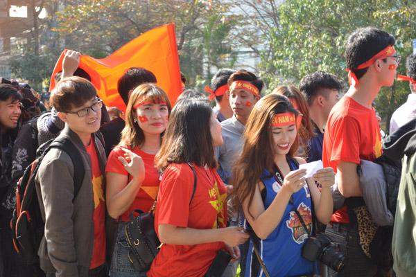 Gái xinh Hà thành xuống đường giữa trưa nắng cổ vũ U23 Việt Nam - 2