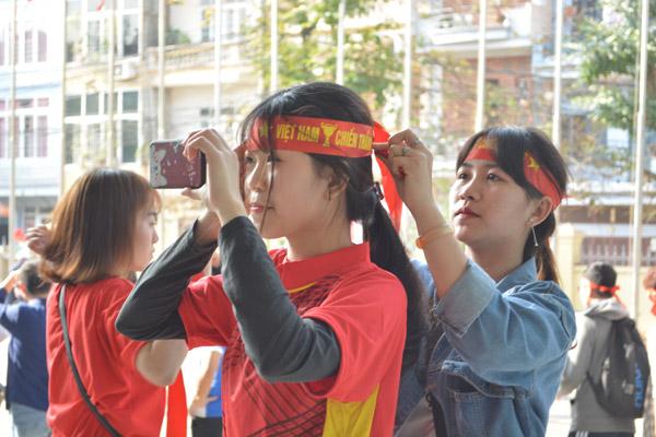 Gái xinh Hà thành xuống đường giữa trưa nắng cổ vũ U23 Việt Nam - 6