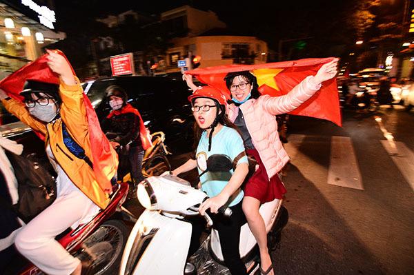 Người hâm mộ khua mâm, đánh chảo vang đường chúc mừng U23 Việt Nam - 9