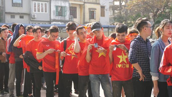 Gái xinh Hà thành xuống đường giữa trưa nắng cổ vũ U23 Việt Nam - 1