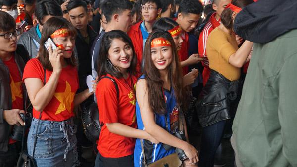 Gái xinh Hà thành xuống đường giữa trưa nắng cổ vũ U23 Việt Nam - 3