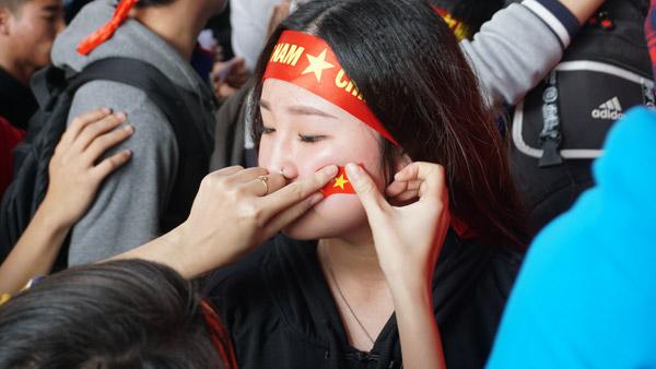 Gái xinh Hà thành xuống đường giữa trưa nắng cổ vũ U23 Việt Nam - 4