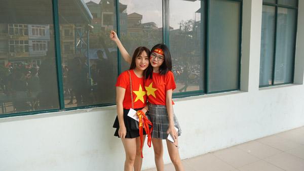Gái xinh Hà thành xuống đường giữa trưa nắng cổ vũ U23 Việt Nam - 5