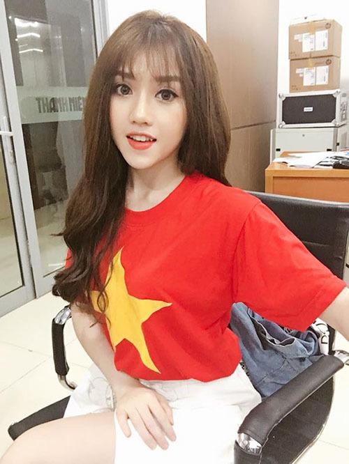 Hot girl làng cổ vũ bóng đá Thùy Dung.