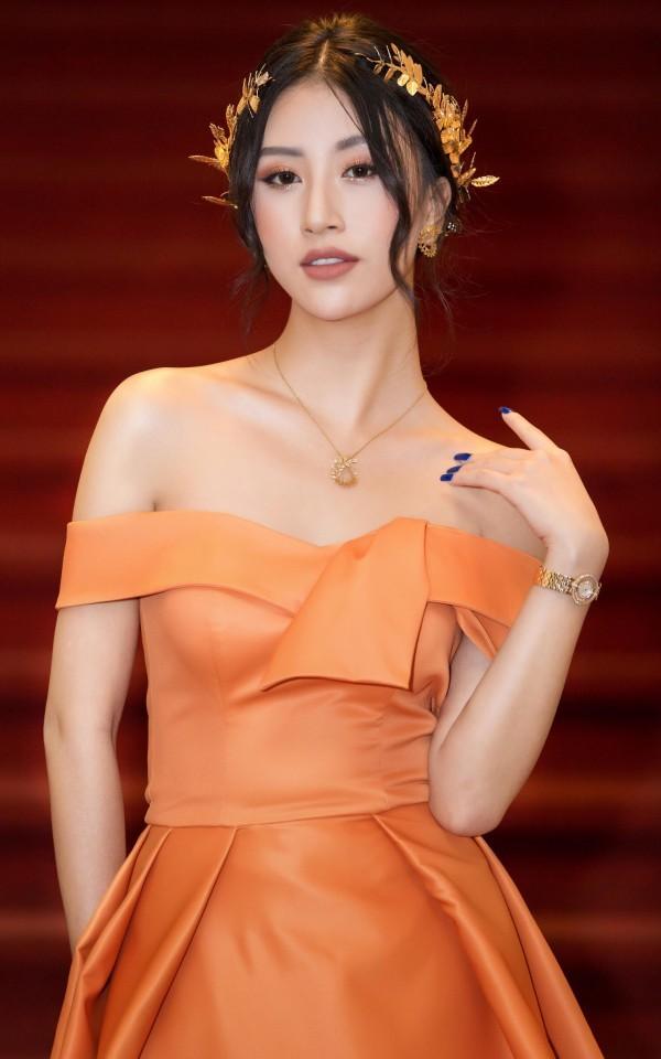 <p> Chẳng thua kém bất cứ mỹ nhân Vbiz nào, cô nàng giờ cũng diện váy gợi cảm, đeo trang sức đắt đỏ có khi lên tới cả tỷ đồng.</p>