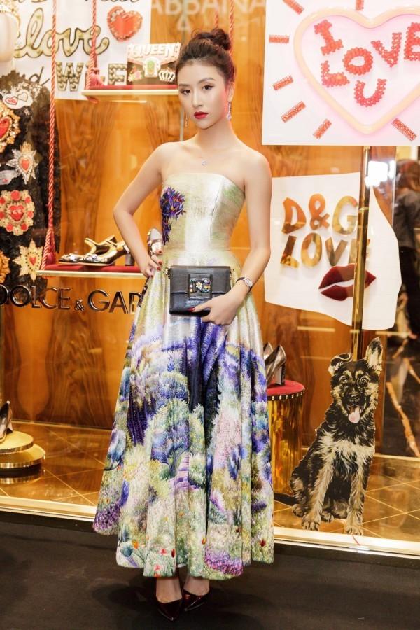<p> Với chiều cao 1,68 m, Quỳnh Anh Shyn dễ dàng chinh phục nhiều kiểu váy dạ hội khác nhau, giúp hình ảnh được biến hóa liên tục.</p>