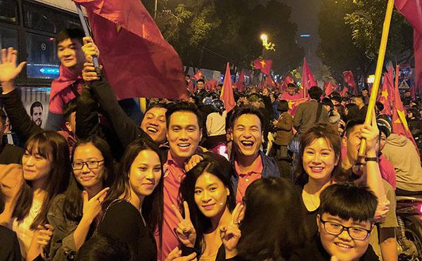 Khi sao Việt rũ bỏ sang trọng, mất ngủ xuống đường vì U23 Việt Nam - 2