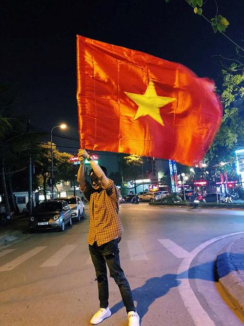Khi sao Việt rũ bỏ sang trọng, mất ngủ xuống đường vì U23 Việt Nam - 5