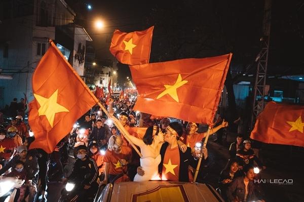 Ảnh cưới khi đi bão mừng U23 Việt Nam của cặp đôi trẻ.