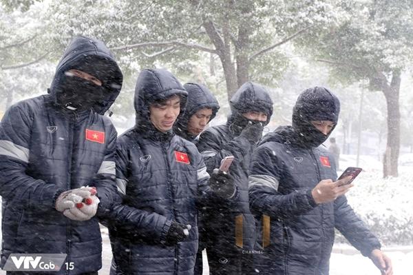 Thời tiết dưới 0 độ, U23 Việt Nam nghịch tuyết ở Thường Châu - 4