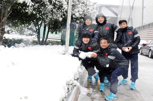 Thời tiết dưới 0 độ, U23 Việt Nam nghịch tuyết ở Thường Châu - 5