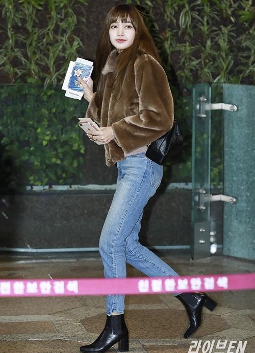 Lee Sung Kyung lộ chân siêu gầy, Black Pink khoe loạt áo khoác bông - 4