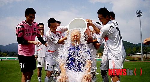 Vị huấn luyện viên tham gia thử thách dội nước đá nổi tiếng.
