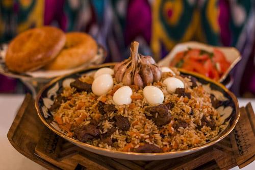 Mónăn truyền thống Plov mang lại những hương vị rấtđặc trưng trong văn hoáẩm thực của người Uzbekistan.