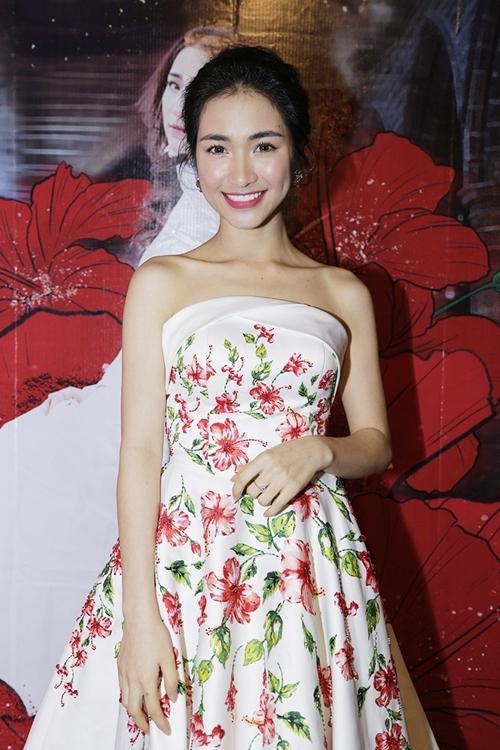Hòa Minzy gợi cảm với đầm hoa dâm bụt sau khi giảm 10 kg - 1