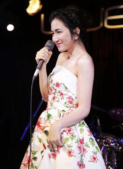 Hòa Minzy gợi cảm với đầm hoa dâm bụt sau khi giảm 10 kg - 4