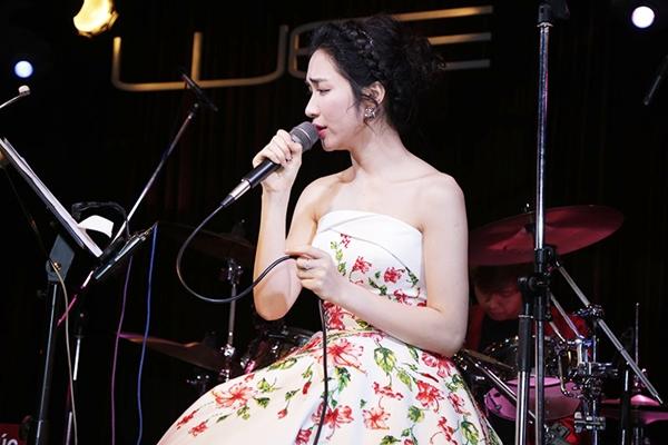 Hòa Minzy gợi cảm với đầm hoa dâm bụt sau khi giảm 10 kg - 5