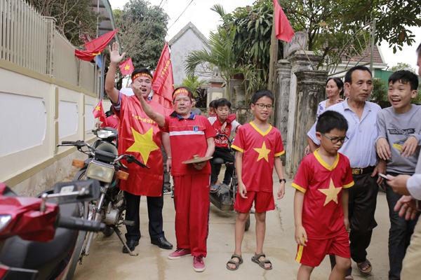 Nhà trung vệ Bùi Tiến Dũng ở Hà Tĩnh cũng đông vui, náo nhiệt không kém.