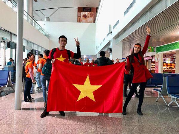 Sao Việt và fan nhuộm đỏ sân bay trước khi lên đường đi cổ vũ U23 Việt Nam - 6
