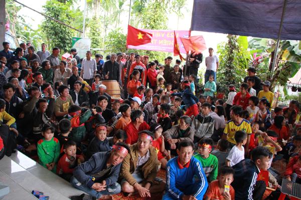 Nhà các cầu thủ U23 Việt Nam kín đặc dân làng đến cổ vũ - 11
