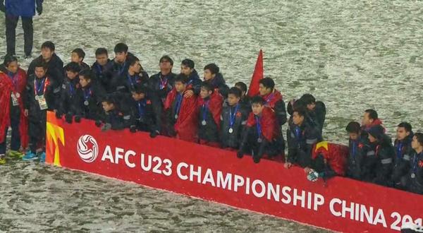 Thủ môn U23 Việt Nam đăng tải hình ảnh cả đội nhận huy chương bạc với khuôn mặt khó giấu nỗi buồn.