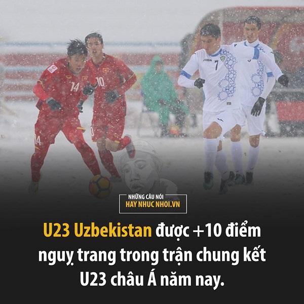 U23 Uzbekistan mặc đồ trắng trong hiệp 1, bị ví như xài chiến thuật ngụy trang trong tuyết.