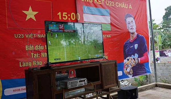 Chiếc tivi vừa được tài trợ đưa dân làng kéo nhau tới nhà Tiến Dũng để xem bóng đá.