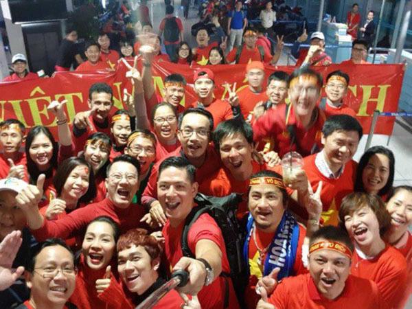 Sao Việt và fan nhuộm đỏ sân bay trước khi lên đường đi cổ vũ U23 Việt Nam - 7