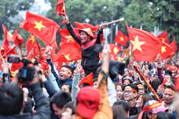 Mẹ Quang Hải, Tiến Dũng ngất xỉu sau pha gỡ hòa của U23 Việt Nam