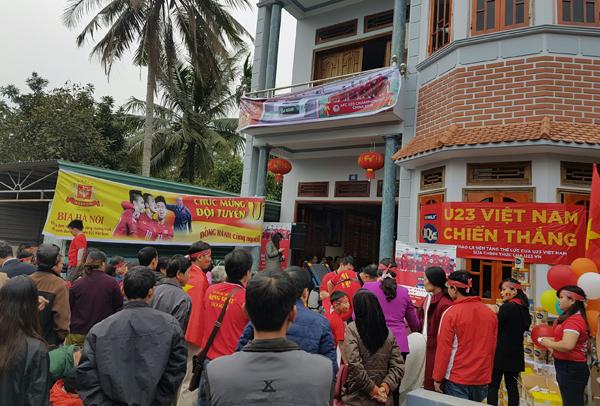 Nhà các cầu thủ U23 Việt Nam kín đặc dân làng đến cổ vũ - 9