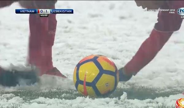 Văn Thanh và đồng đội dùng tay cào tuyết quanh điểm đặt bóng để Quang Hải có cú sút chuẩn xác nhất.