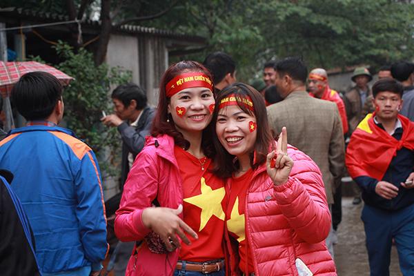 Nhà các cầu thủ U23 Việt Nam kín đặc dân làng đến cổ vũ - 4