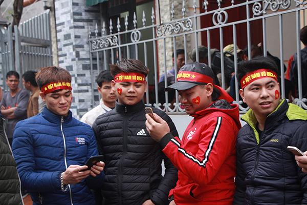 Nhà các cầu thủ U23 Việt Nam kín đặc dân làng đến cổ vũ - 1