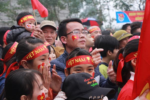 Nhà các cầu thủ U23 Việt Nam kín đặc dân làng đến cổ vũ - 2