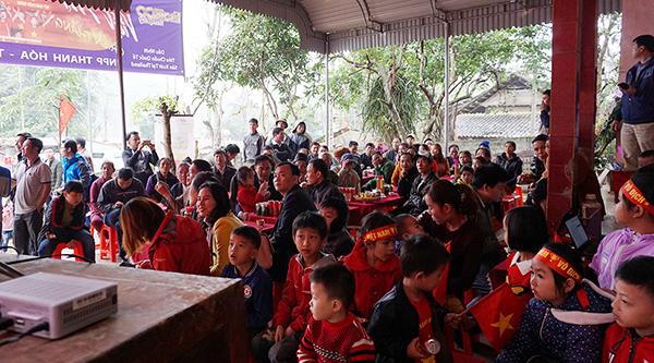 Nhà các cầu thủ U23 Việt Nam kín đặc dân làng đến cổ vũ - 5