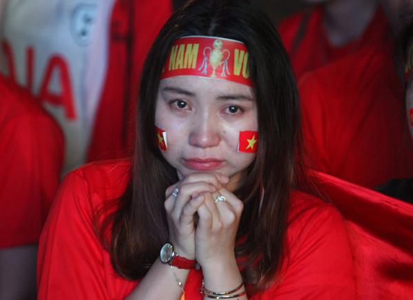 Girl xinh khóc nức nở vì U23 Việt Nam thua trong nháy mắt - 2