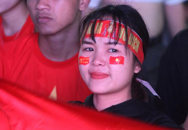 Girl xinh khóc nức nở vì U23 Việt Nam thua trong nháy mắt - 1
