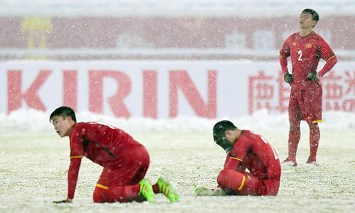 Các cầu thủ Việt Nam đau buồn vì thất bại trong trận chung kết.