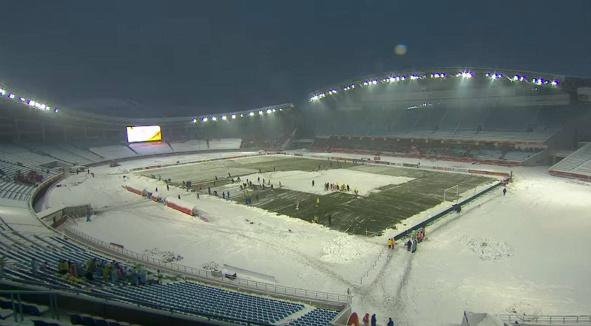 Sân đấu trận chung kết U23 châu Á phủ trắng tuyết.