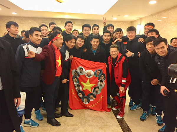 Đàm Vĩnh Hưng bắt tay, chụp ảnh với các cầu thủ U23 tại Mỹ Đình