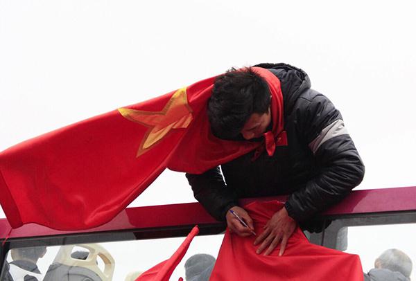 Bùi Tiến Dũng nhiệt tình ký tặng fan dù mắc kẹt giữa biển người - 2
