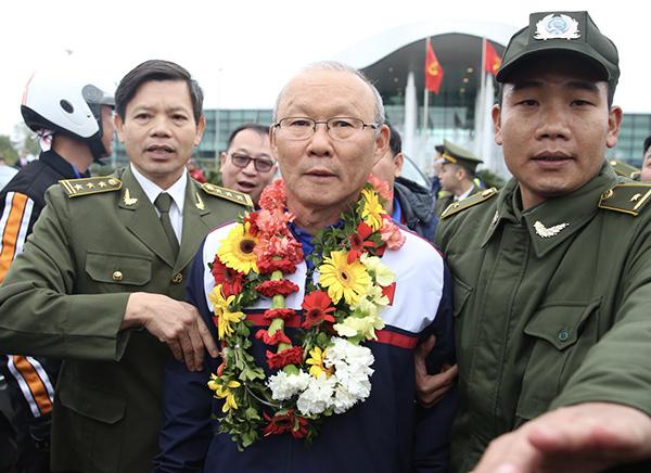 Ông Park Hang Seo bối rối khi bị CĐV cuồng nhiệt vây kín tại sân bay