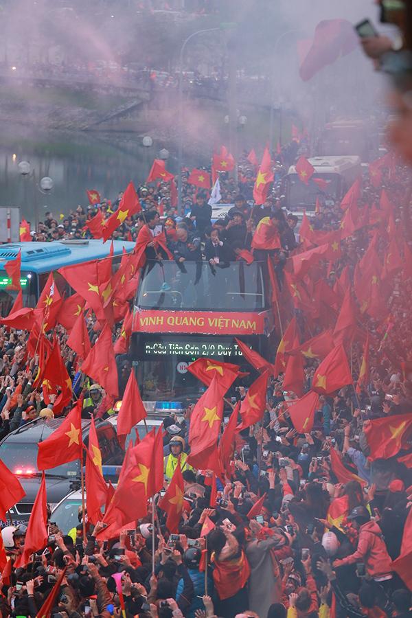 Cảnh tượng không thể tin nổi: Rừng cờ hoa vây quanh U23 Việt Nam như trong phim - 3
