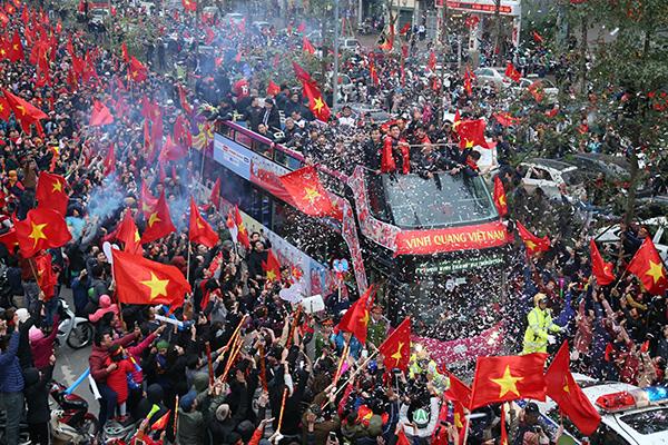 Cảnh tượng không thể tin nổi: Rừng cờ hoa vây quanh U23 Việt Nam như trong phim - 4
